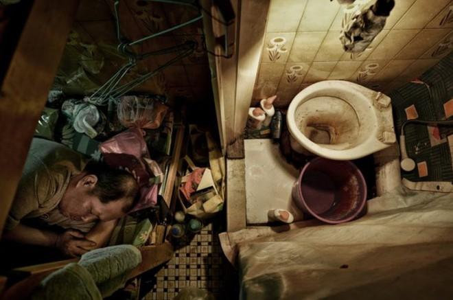 Bộ ảnh hiếm về những căn hộ siêu nhỏ ở Hong Kong, được ví như những cỗ quan tài - Ảnh 6.