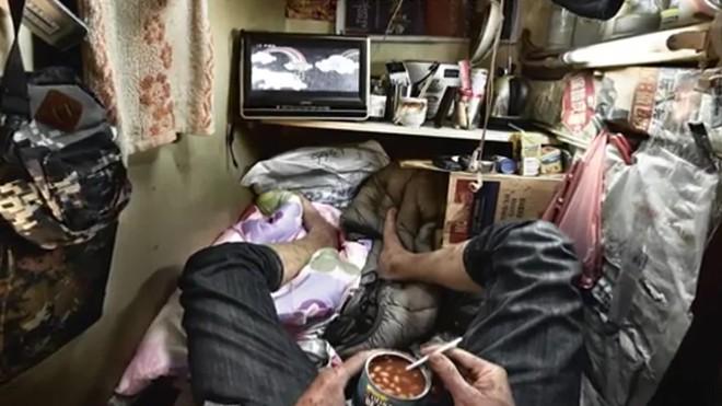 Bộ ảnh hiếm về những căn hộ siêu nhỏ ở Hong Kong, được ví như những cỗ quan tài - Ảnh 9.