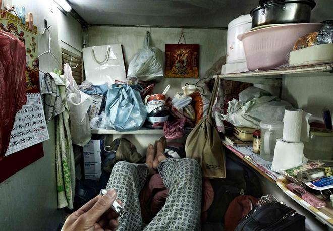 Bộ ảnh hiếm về những căn hộ siêu nhỏ ở Hong Kong, được ví như những cỗ quan tài - Ảnh 8.
