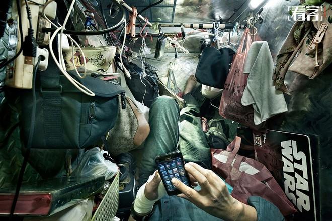 Bộ ảnh hiếm về những căn hộ siêu nhỏ ở Hong Kong, được ví như những cỗ quan tài - Ảnh 7.