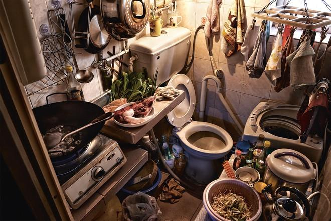Bộ ảnh hiếm về những căn hộ siêu nhỏ ở Hong Kong, được ví như những cỗ quan tài - Ảnh 4.
