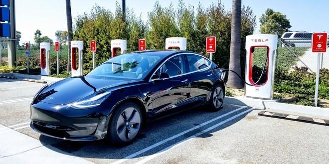 Tesla Model 3 tông vào xe đầu kéo khi đang dùng chế độ hỗ trợ lái, phát nổ hai lần liên tiếp - Ảnh 2.