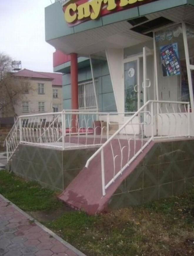 Những kiến trúc sư thiết kế đường dốc này chắc chắn chưa bao giờ tận mắt nhìn thấy xe lăn - Ảnh 14.
