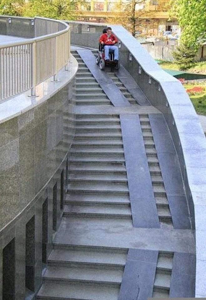 Những kiến trúc sư thiết kế đường dốc này chắc chắn chưa bao giờ tận mắt nhìn thấy xe lăn - Ảnh 9.