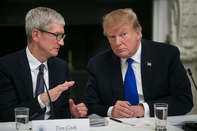 Tim Cook lo ngại Apple sẽ không đấu nổi với Samsung nếu bị áp mức thuế 10% - Ảnh 1.