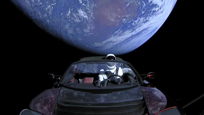 Chiếc Tesla Roadster mà SpaceX phóng lên vũ trụ năm ngoái vừa hoàn thành một vòng quanh...Mặt trời - Ảnh 1.