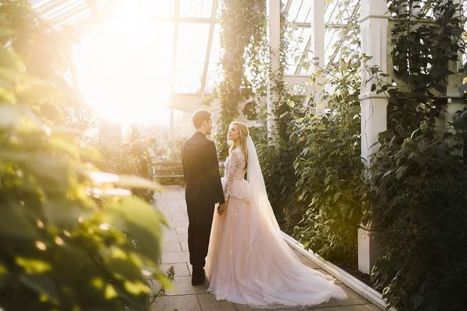 YouTuber nổi tiếng bậc nhất thế giới PewDiePie vừa chính thức kết hôn, mời xem chùm ảnh cưới của anh - Ảnh 2.