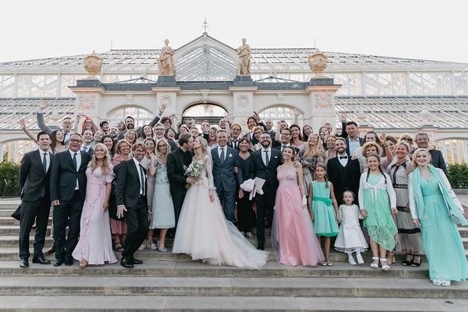 YouTuber nổi tiếng bậc nhất thế giới PewDiePie vừa chính thức kết hôn, mời xem chùm ảnh cưới của anh - Ảnh 4.