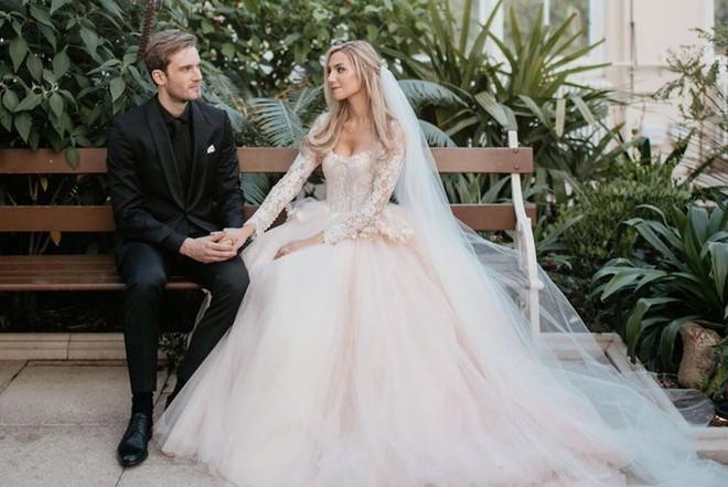 YouTuber nổi tiếng bậc nhất thế giới PewDiePie vừa chính thức kết hôn, mời xem chùm ảnh cưới của anh - Ảnh 7.