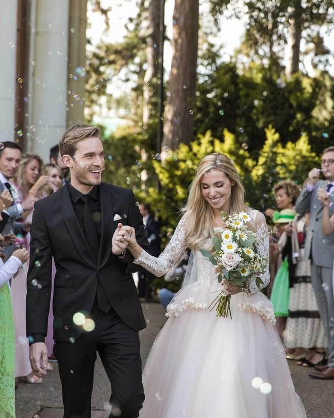 YouTuber nổi tiếng bậc nhất thế giới PewDiePie vừa chính thức kết hôn, mời xem chùm ảnh cưới của anh - Ảnh 12.