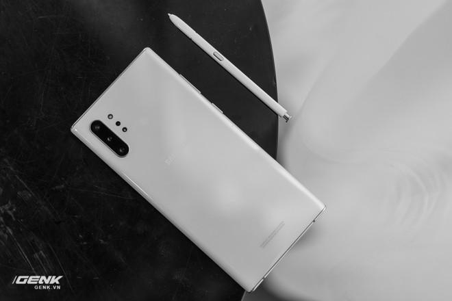 Soi kĩ thiết kế của Samsung Galaxy Note 10: Độc lạ song vẫn hữu dụng - Ảnh 1.