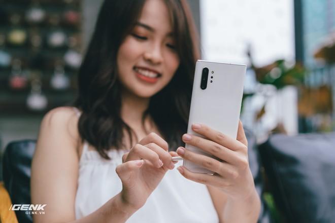 Soi kĩ thiết kế của Samsung Galaxy Note 10: Độc lạ song vẫn hữu dụng - Ảnh 3.