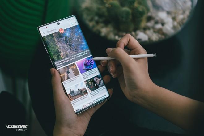 Soi kĩ thiết kế của Samsung Galaxy Note 10: Độc lạ song vẫn hữu dụng - Ảnh 4.