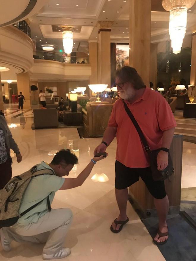 Ông chủ của Steam, thánh Gaben trở thành idol mới của gamer Trung Quốc, được fan quỳ xuống xin dâng hiến chiếc ví của mình - Ảnh 1.