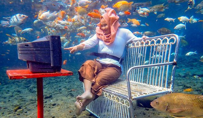 Dân du lịch Indonesia đổ xô đến sống ảo dưới nước tại ngôi làng có một không hai này - Ảnh 3.