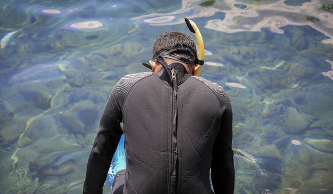 Dân du lịch Indonesia đổ xô đến sống ảo dưới nước tại ngôi làng có một không hai này - Ảnh 2.