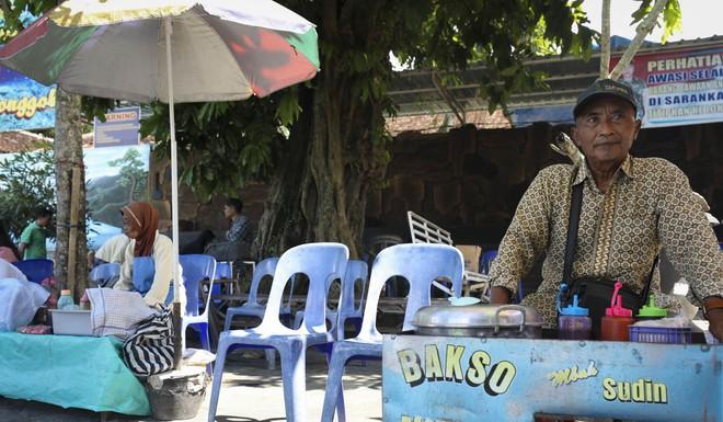 Dân du lịch Indonesia đổ xô đến sống ảo dưới nước tại ngôi làng có một không hai này - Ảnh 6.