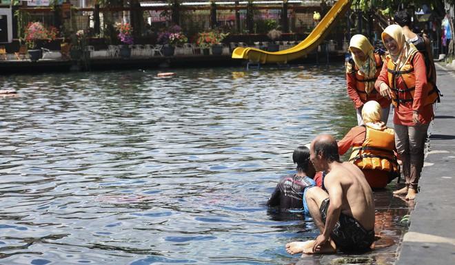 Dân du lịch Indonesia đổ xô đến sống ảo dưới nước tại ngôi làng có một không hai này - Ảnh 8.