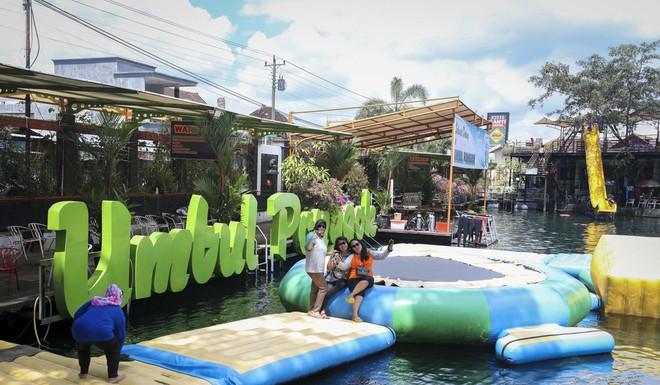 Dân du lịch Indonesia đổ xô đến sống ảo dưới nước tại ngôi làng có một không hai này - Ảnh 5.