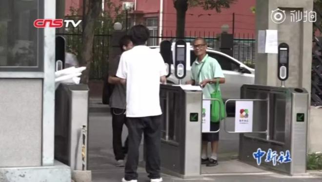 Trung Quốc: đi đổ rác cũng bị nhận diện khuôn mặt, đổ sai thùng là ăn phạt - Ảnh 1.