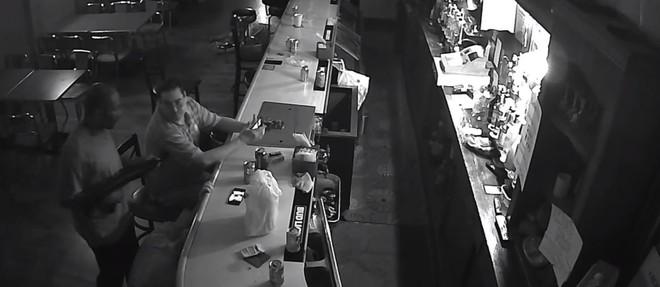 Ông chú thản nhiên ngồi uống cà phê ngay cả khi bị dí súng vào mặt, còn giật lại cả smartphone từ tay tên cướp - Ảnh 2.