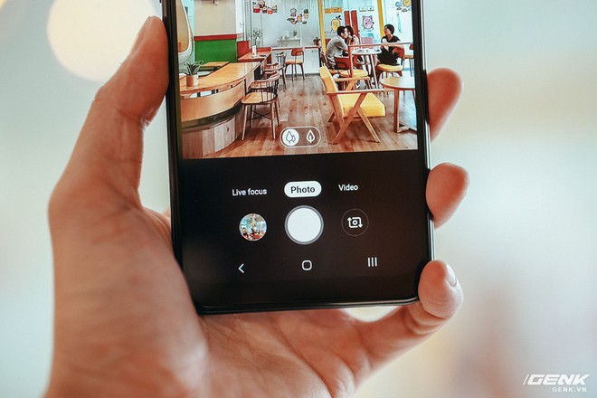 """Đánh giá Galaxy A10s: Bản nâng cấp đáng giá chỉ sau nửa năm, thêm camera, pin """"khủng"""" hơn, chơi game tốt hơn - Ảnh 8."""