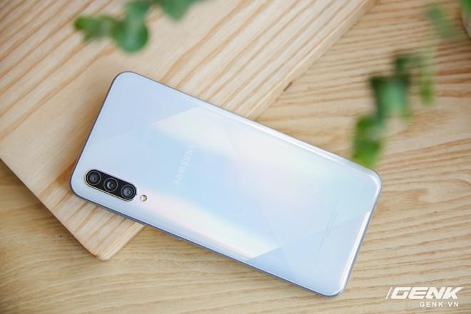 Cận cảnh Galaxy A50s: thiết kế độc đáo, vân tay dưới màn hình, 3 camera mà giá chỉ 7.8 triệu đồng - Ảnh 13.