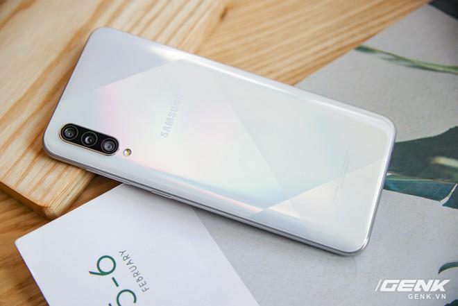Cận cảnh Galaxy A50s: thiết kế độc đáo, vân tay dưới màn hình, 3 camera mà giá chỉ 7.8 triệu đồng - Ảnh 4.