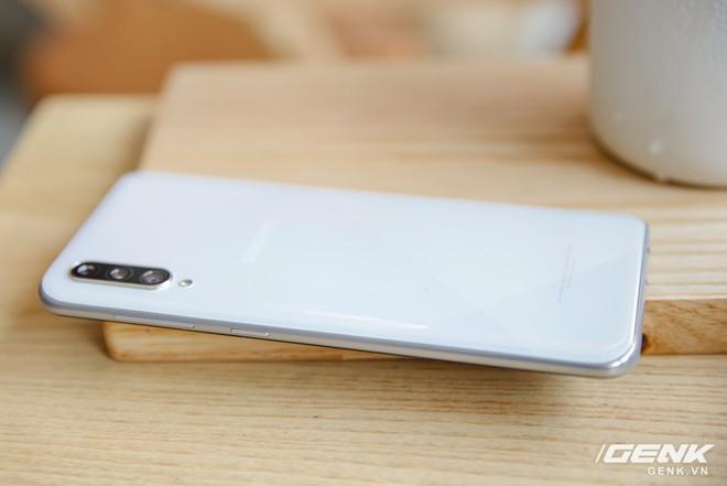 Cận cảnh Galaxy A50s: thiết kế độc đáo, vân tay dưới màn hình, 3 camera mà giá chỉ 7.8 triệu đồng - Ảnh 2.