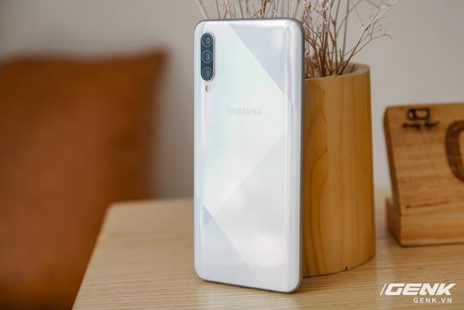 Cận cảnh Galaxy A50s: thiết kế độc đáo, vân tay dưới màn hình, 3 camera mà giá chỉ 7.8 triệu đồng - Ảnh 1.
