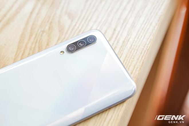 Cận cảnh Galaxy A50s: thiết kế độc đáo, vân tay dưới màn hình, 3 camera mà giá chỉ 7.8 triệu đồng - Ảnh 3.