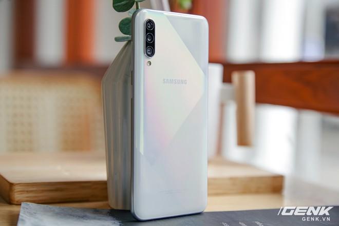 Cận cảnh Galaxy A50s: thiết kế độc đáo, vân tay dưới màn hình, 3 camera mà giá chỉ 7.8 triệu đồng - Ảnh 5.