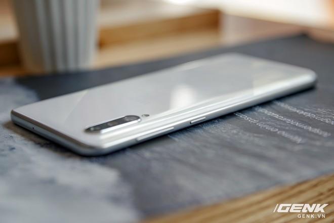 Cận cảnh Galaxy A50s: thiết kế độc đáo, vân tay dưới màn hình, 3 camera mà giá chỉ 7.8 triệu đồng - Ảnh 17.
