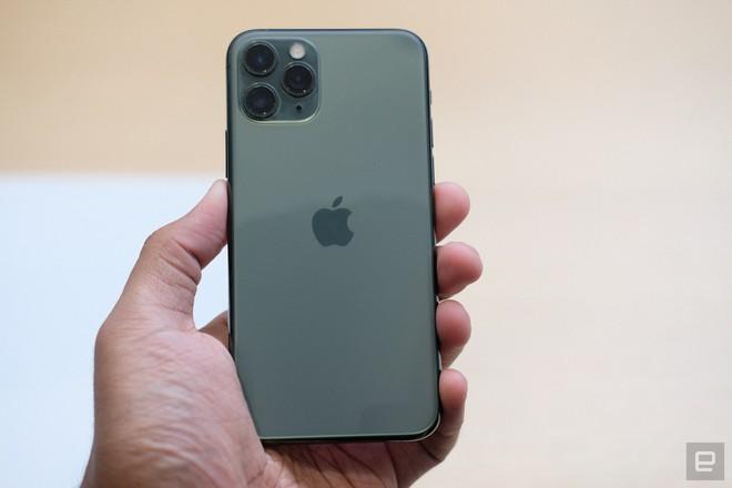 Cận cảnh iPhone 11 Pro và 11 Pro Max: Mặt lưng kính mờ, cụm camera hài hước, không thực sự có nhiều cải tiến - Ảnh 4.