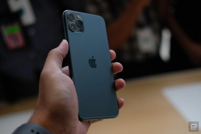 Cận cảnh iPhone 11 Pro và 11 Pro Max: Mặt lưng kính mờ, cụm camera hài hước, không thực sự có nhiều cải tiến - Ảnh 8.