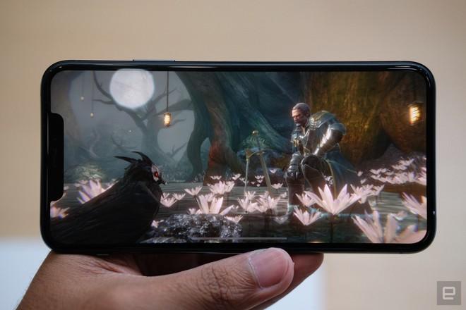 Cận cảnh iPhone 11 Pro và 11 Pro Max: Mặt lưng kính mờ, cụm camera hài hước, không thực sự có nhiều cải tiến - Ảnh 9.