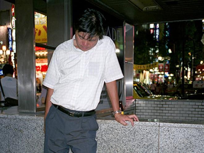Chùm ảnh về các doanh nhân ngủ trên đường phố mô tả chân thực về văn hóa làm việc khắc nghiệt nhất thế giới của Nhật Bản - Ảnh 5.