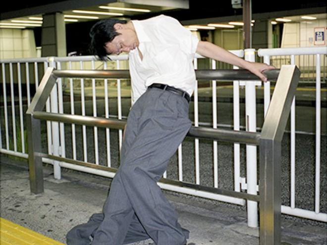 Chùm ảnh về các doanh nhân ngủ trên đường phố mô tả chân thực về văn hóa làm việc khắc nghiệt nhất thế giới của Nhật Bản - Ảnh 8.