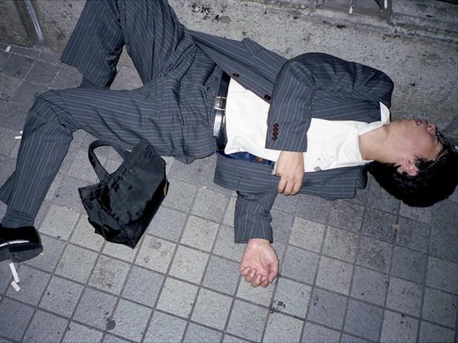 Chùm ảnh về các doanh nhân ngủ trên đường phố mô tả chân thực về văn hóa làm việc khắc nghiệt nhất thế giới của Nhật Bản - Ảnh 2.