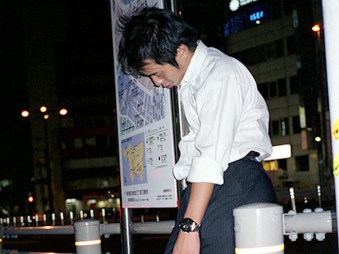 Chùm ảnh về các doanh nhân ngủ trên đường phố mô tả chân thực về văn hóa làm việc khắc nghiệt nhất thế giới của Nhật Bản - Ảnh 9.