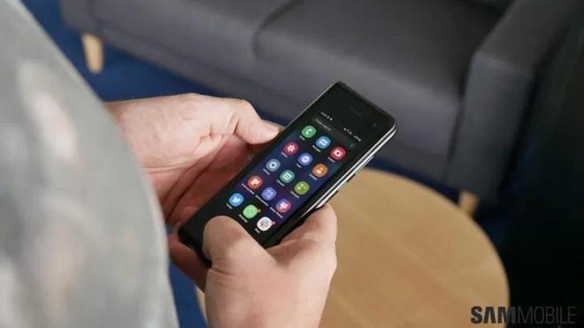 iPhone 11 Pro Max đã là gì, người dùng Hong Kong còn sẵn sàng trả 5.000 USD để sở hữu Galaxy Fold - Ảnh 1.