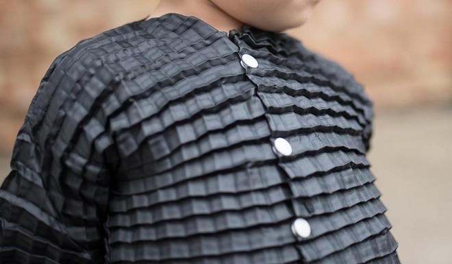 Loại quần áo đặc biệt có thể lớn theo sự phát triển của trẻ em - Ảnh 2.