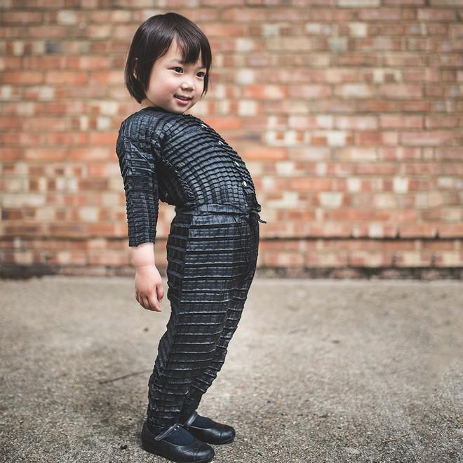 Loại quần áo đặc biệt có thể lớn theo sự phát triển của trẻ em - Ảnh 1.