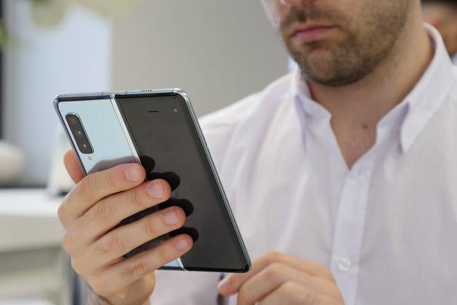 Samsung dự tính sẽ thu về ít nhất 2 tỷ USD trong vài tuần từ việc bán Galaxy Fold - Ảnh 1.