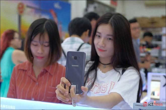 Samsung và Apple so kè từng chút một ở phân khúc smartphone cao cấp Việt Nam - Ảnh 3.