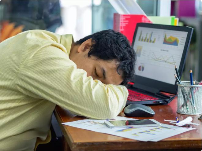 Lý giải khoa học cực kỳ thuyết phục cho hiện tượng ăn xong là thấy buồn ngủ của dân công sở - Ảnh 2.