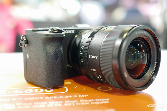 Trên tay Sony A6600: Trang bị chống rung 5 trục IBIS, xử lý tốc độ nhanh gấp 1,8 lần so với A6500, 425 + 425 điểm lấy nét theo pha và tương phản, giá bán ra khá chát - Ảnh 2.