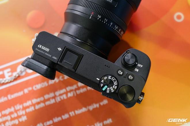 Trên tay Sony A6600: Trang bị chống rung 5 trục IBIS, xử lý tốc độ nhanh gấp 1,8 lần so với A6500, 425 + 425 điểm lấy nét theo pha và tương phản, giá bán ra khá chát - Ảnh 6.