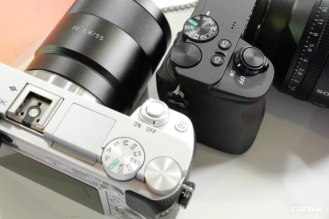 Trên tay Sony A6600: Trang bị chống rung 5 trục IBIS, xử lý tốc độ nhanh gấp 1,8 lần so với A6500, 425 + 425 điểm lấy nét theo pha và tương phản, giá bán ra khá chát - Ảnh 3.
