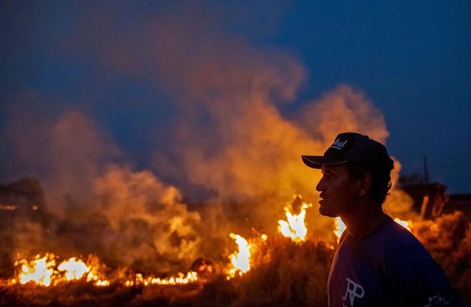 Rừng Amazon vẫn đang cháy với tốc độ tương đương 110 sân bóng mỗi giờ - Ảnh 2.